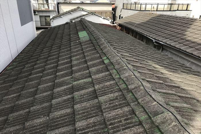セメント瓦の切妻屋根