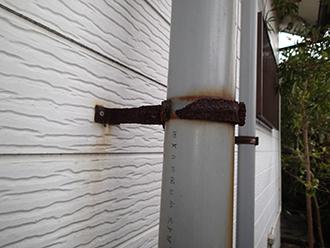 留め具の錆が進み外れかけた雨樋