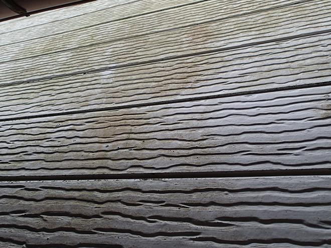 苔や汚れが発生したサイディング