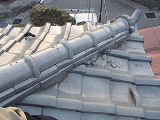 漆喰や葺き土が屋根の上に散乱