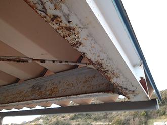 柱などの鉄部が錆びています
