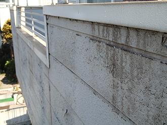 汚れて剥がれかけたサイディング外壁