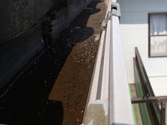 横樋に土が溜まっている