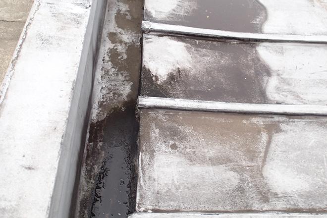 へこんで水が溜まった金属屋根