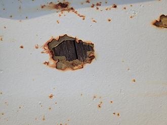 サビによって穴が開いた屋根
