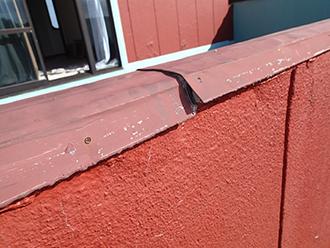 笠木の板金が剥がれています