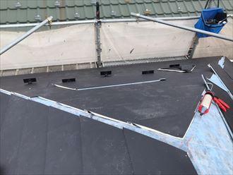防水シートの上に屋根材を葺いていきます