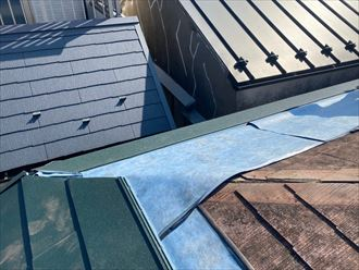 防水シート敷設から屋根葺き