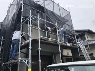 寄棟屋根の工事で足場仮設とメッシュシート設置