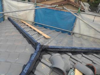 寄棟屋根の屋根葺き替え工事の様子