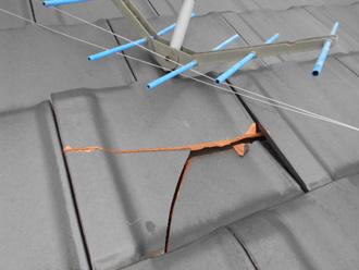 台風の飛来物で屋根材や桟木が破損する