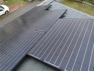 寄棟屋根に設置された太陽光パネル