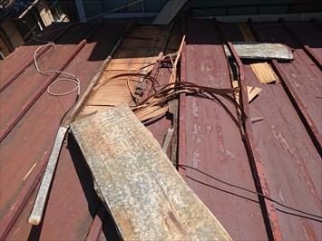 新宿区余丁町で強風で捲れたトタン葺き屋根をガルバリウム鋼板で葺き替え工事