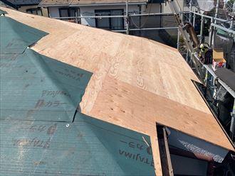 下地補修と防水紙の敷設