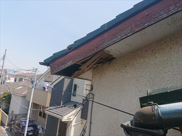屋根からの雨水で軒天が腐食しています