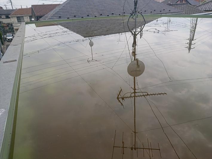 練馬区大泉学園町で外壁を流れる雨水の原因は屋上の排水口の詰まりでした
