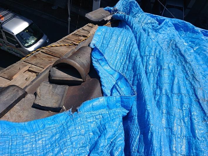 シートの下では瓦がズレて下地が剥き出しです