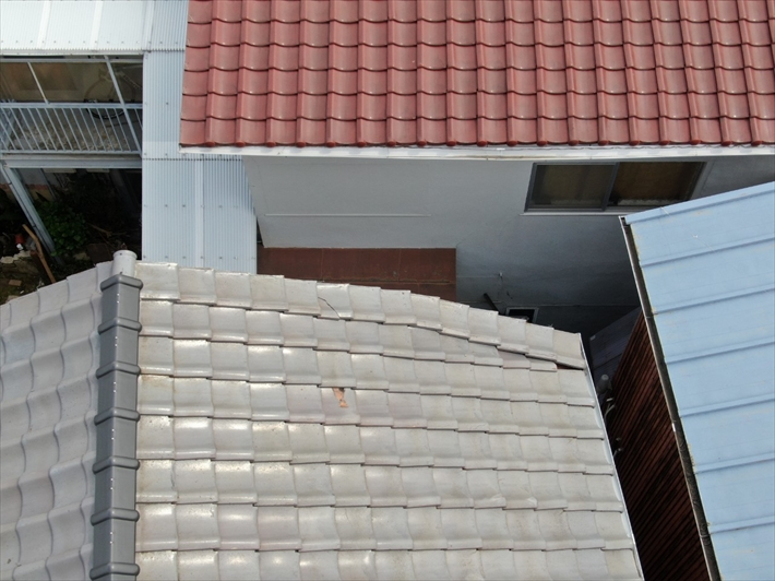 瓦がズレているのではなく屋根が斜めにカットされています
