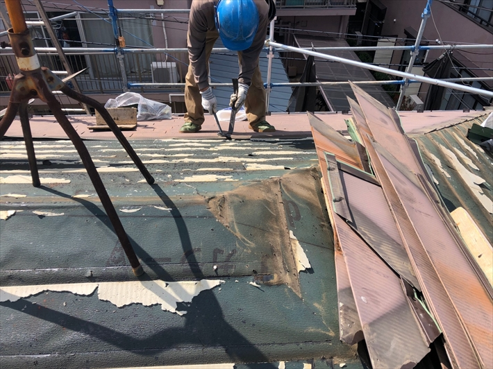 古い金属屋根を剥がしていきます