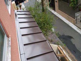 ガルバリウム鋼板にカバー工法で工事した庇