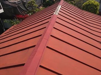 トタン屋根の棟板金が被害を受けています