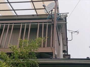 台風の被害を受けたバルコニーの屋根