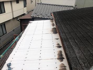 古い波板と雨樋は劣化しています