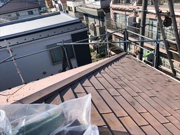 古い金属屋根を剥がして葺き替えます