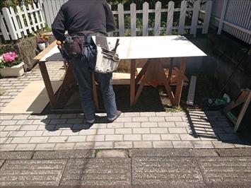 調布市深大寺元町で台風で捲れてしまった軒天張り工事をおこなっています