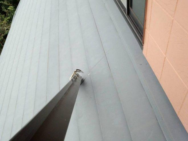雨樋が落ちた先は金属屋根
