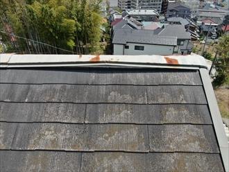 ドローンを飛ばしてスレート屋根の棟板金に不具合を発見
