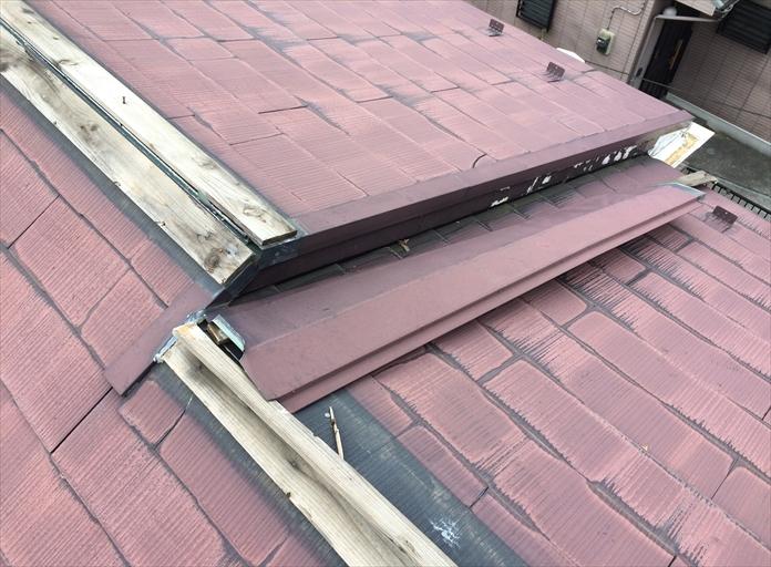 スレート屋根の棟が破損