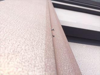 棟板金を固定している釘が抜け出している