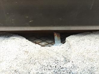 破風の隙間から雨樋の支持金具が見えている