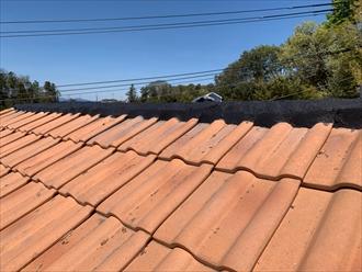 洋瓦を使用した屋根の棟の詰め物を詰め直し