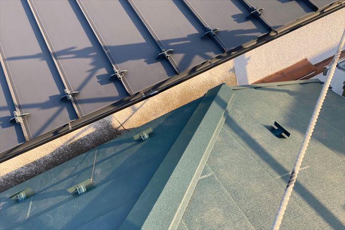 文京区白山で棟板金の飛散をきっかけに屋根カバー工事を施工、樹脂製貫板に棟板金を取り付け