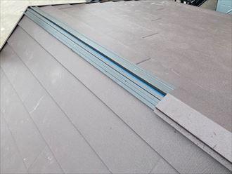 樹脂製貫板に棟板金を被せます