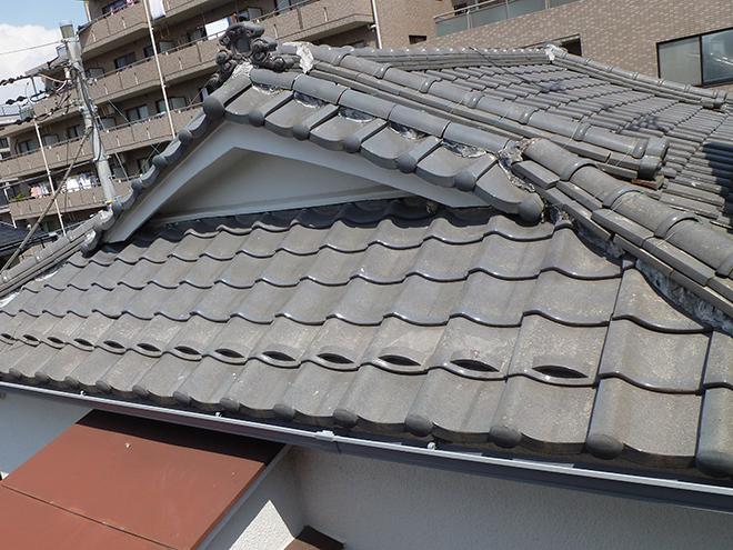 入母屋という形状の屋根です