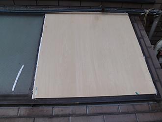 割れたガラスをベニヤでカバーしています