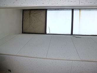 室内からガラスが割れている箇所を見上げる