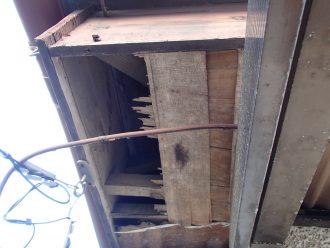 軒天に空いた大きな穴