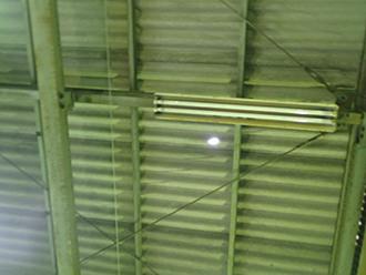 建物内部から穴が見えます