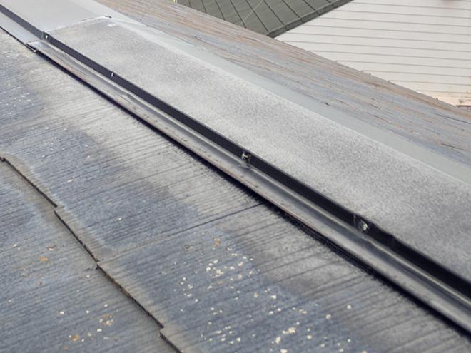 屋根の頂点の棟板金