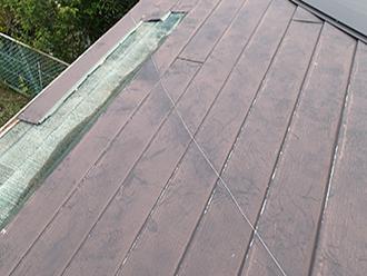 金属屋根でカバーされています