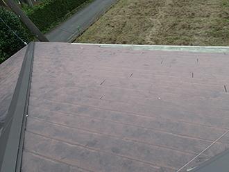 屋根材の一部が剥がれています