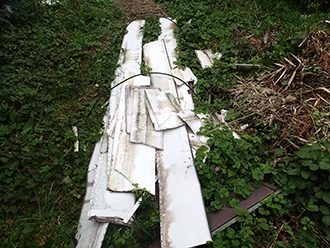 剥がれ落ちた屋根材