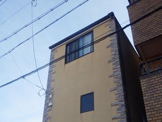 軒の出がないことで細長い建物はすっきりと見える