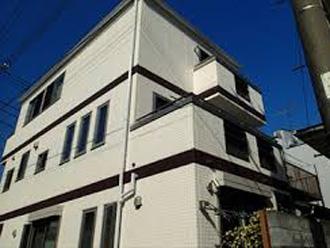 三階建てなどの建物には軒の出がないタイプが見られる