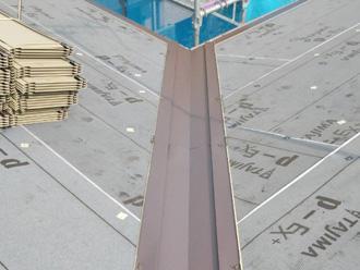 屋根カバー工法 谷板金設置