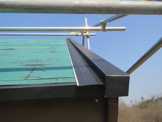 ケラバ板金を防水紙の上から設置する